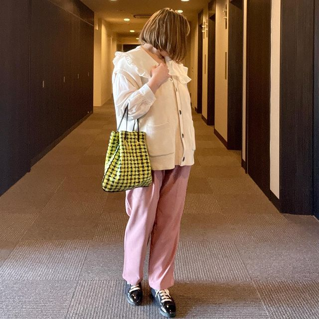 ①フリルシャツ×カラフルパンツの韓国ファッションコーデ