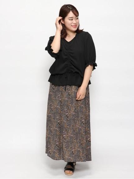 ダークトーンの柄スカートは秋コーデにもぴったり